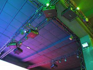 mehrere Projektoren hängen an der Decke montiert