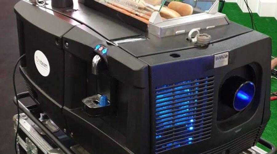 Der erste 4K HDR, Hotdog, Bier und Kaffeezubereitungs-Multifunktionsprojektor ULTIMATE PROJECTOR