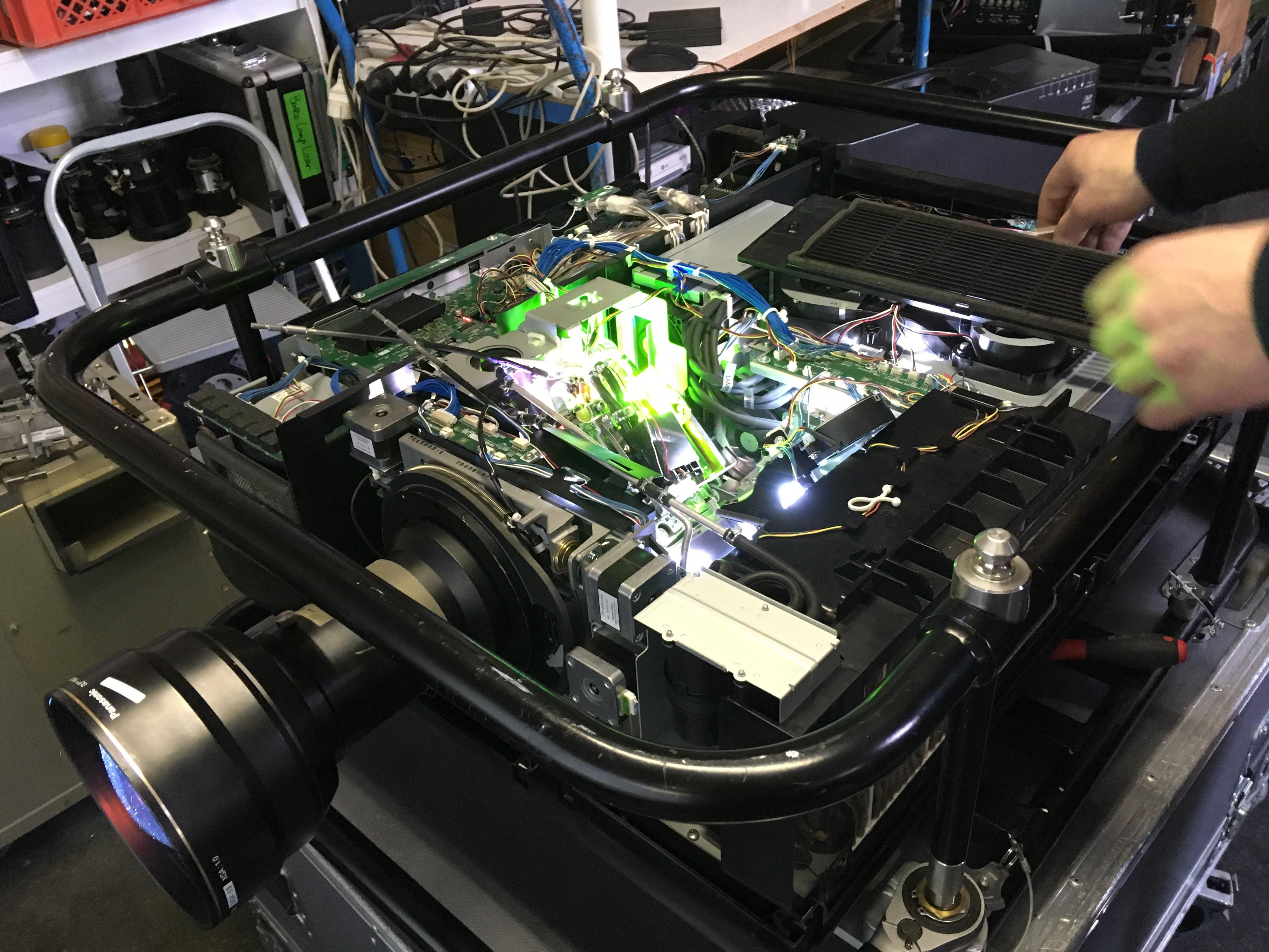 refurbishte vs. gebrauchte Projektoren. Was ist Refurbishment?